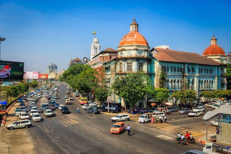 Trafikstockningen på trådväggenomskärningen i centrum av Yangon arkivbilder