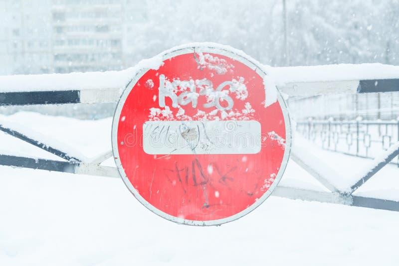 Trafikstopptecken på turnpiken i vintern under ett snöfall arkivbild