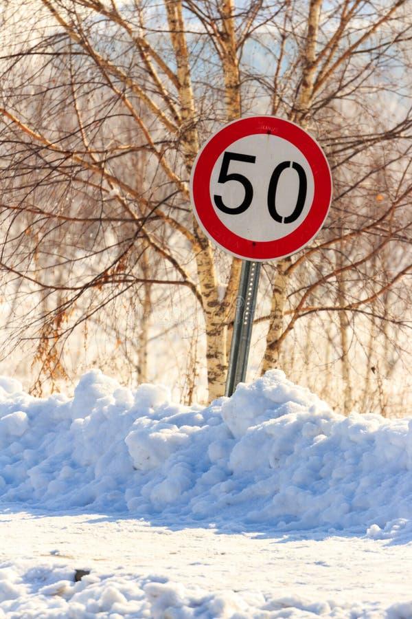 Trafiktecken för kassaskåpkörning och vintersäsong royaltyfri bild