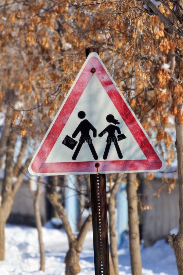 Trafiktecken för kassaskåpkörning och vintersäsong fotografering för bildbyråer