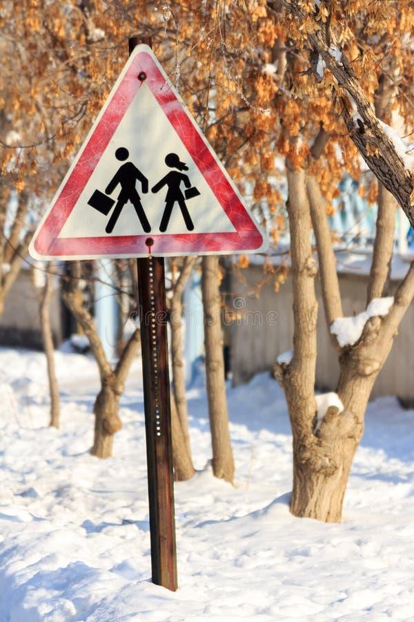 Trafiktecken för kassaskåpkörning och vintersäsong royaltyfria bilder