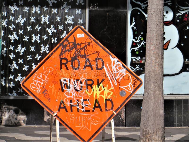Trafiktecken med grafitti arkivbild