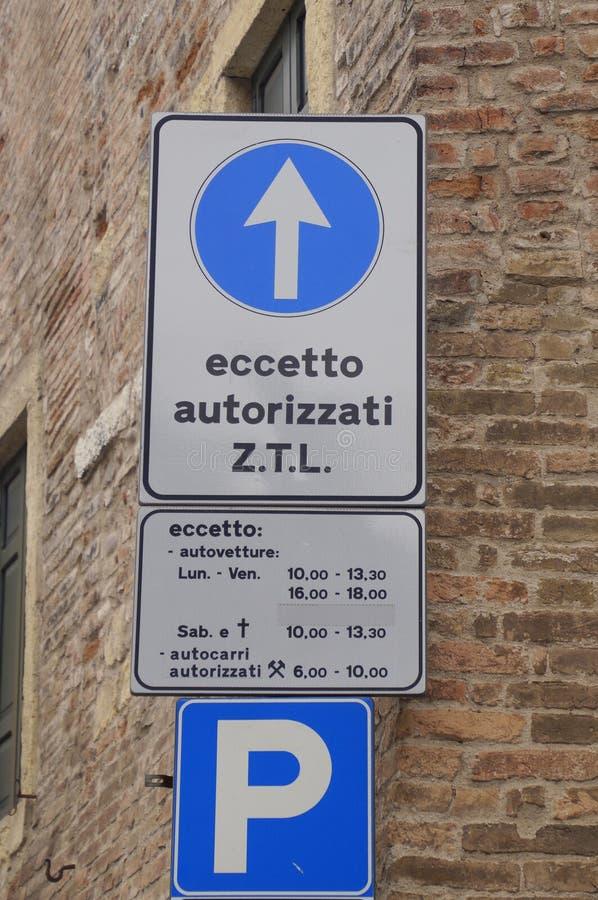 Trafiktecken som meddelar inskränkta trafikzoner eller Zona Traffico Limitato ZTL arkivfoton