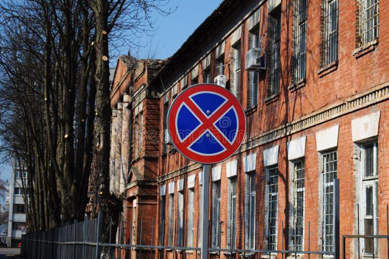 Trafiktecken som stoppar inte på en bakgrund för tegelstenbyggnad royaltyfria bilder