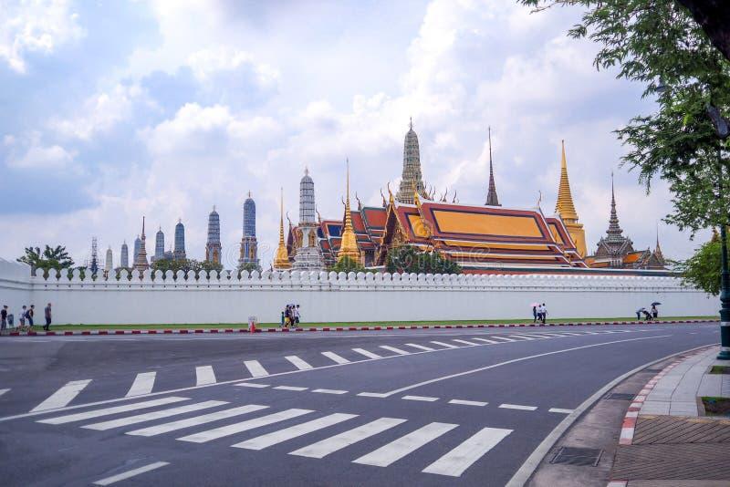 Trafiktecknet på vägen har bakgrund Wat Phra Kaew arkivbilder