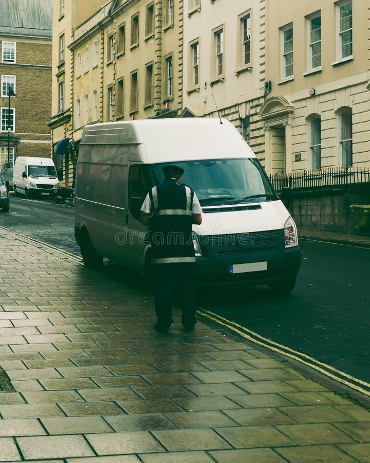 Trafikvaktfrågebiljett för oriktig parkering arkivbilder