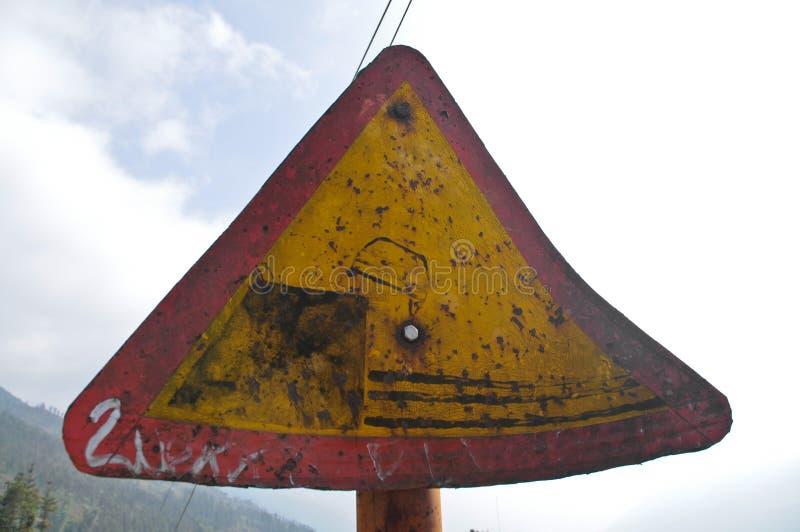 Trafikvarningstecken för hal fara för väg arkivbilder