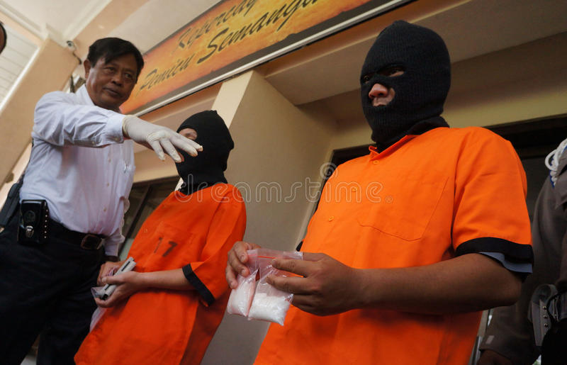 Trafiquant de drogue arrêté par police photos libres de droits