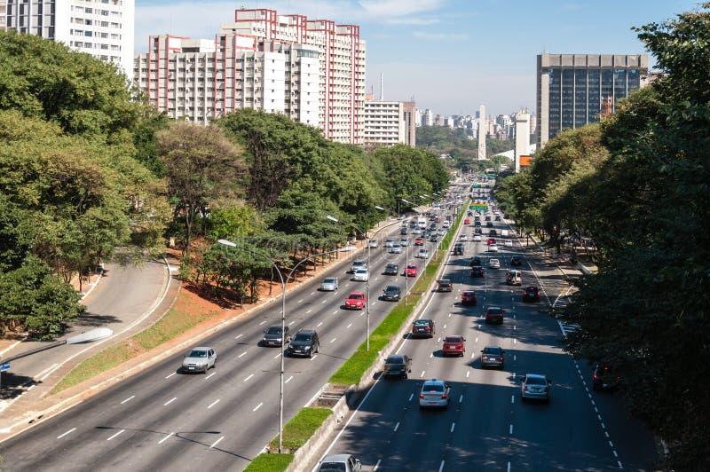 Trafique a cidade Sao Paulo da avenida fotografia de stock