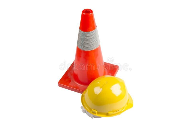 trafique el casco de la construcción del cono y del trabajador aislado en el fondo blanco fotos de archivo libres de regalías