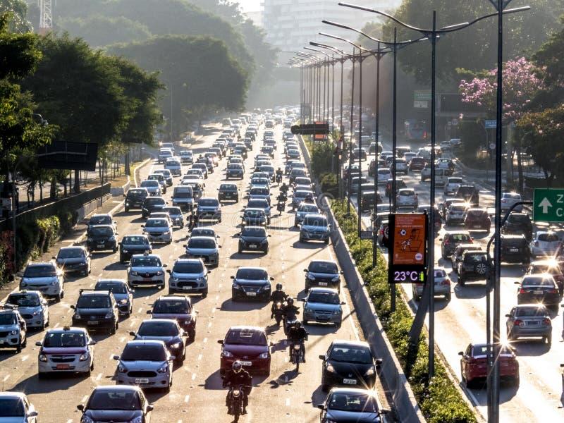 Trafique em 23 de maio Avenida e em parque de Ibirapuera foto de stock royalty free