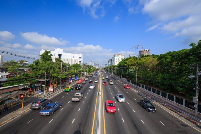 Trafique en el camino de Ngamwongwan en la universidad de Kasetsart en Bangkok, imagen de archivo