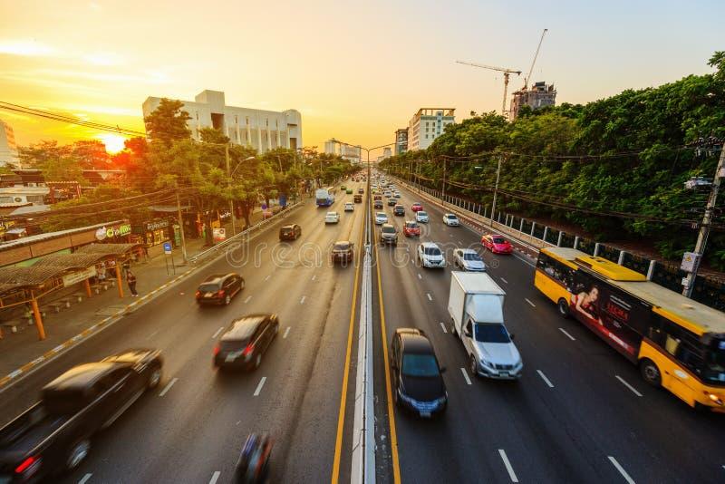 Trafique en el camino de Ngamwongwan en la universidad de Kasetsart en Bangkok, fotos de archivo