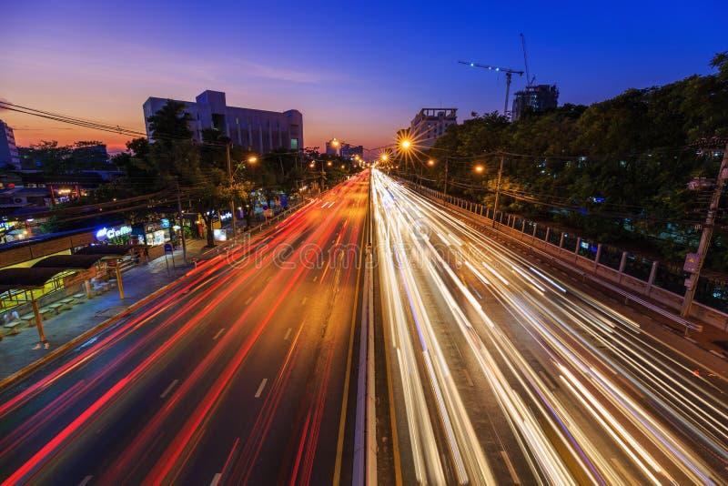 Trafique en el camino de Ngamwongwan en la universidad de Kasetsart en Bangkok, fotografía de archivo