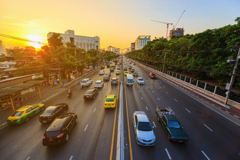 Trafique en el camino de Ngamwongwan en la universidad de Kasetsart en Bangkok, foto de archivo libre de regalías
