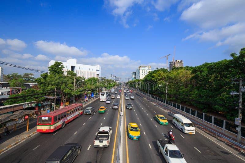 Trafique en el camino de Ngamwongwan en la universidad de Kasetsart en Bangkok, imágenes de archivo libres de regalías