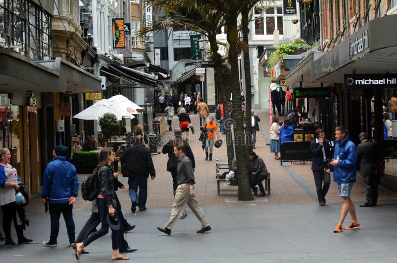 Trafique en el carril de Vulcan en Auckland en el centro de la ciudad, Nueva Zelanda fotografía de archivo