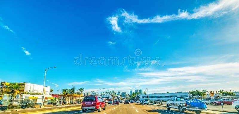 Trafique en San Diego con el centro de la ciudad en el fondo foto de archivo
