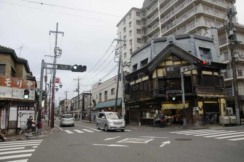 Trafique a estrada com o stree do japonês e do passeio e da visita do estrangeiro imagem de stock royalty free