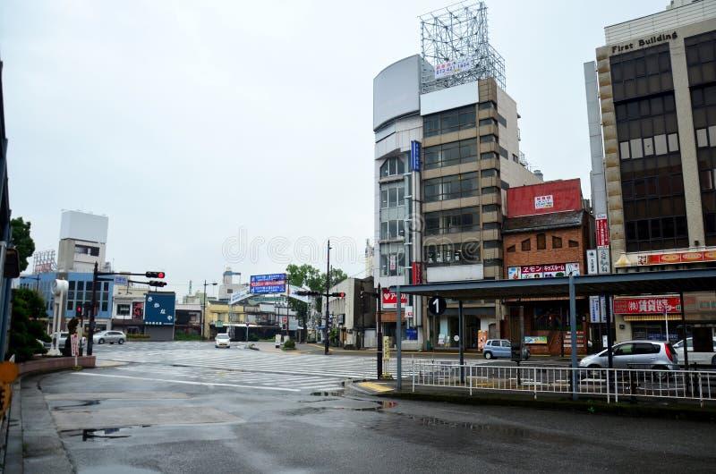Trafique a estrada e a estação de ônibus na parte dianteira do statio da estrada de ferro de wakayama imagens de stock royalty free