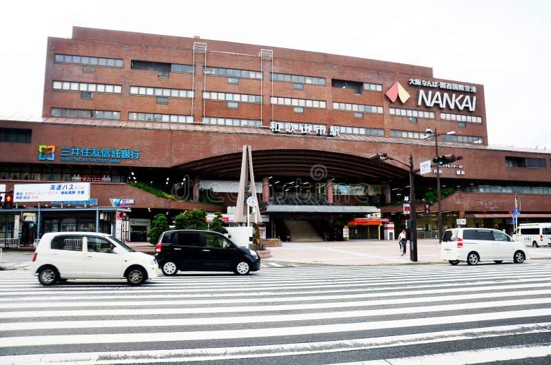 Trafique a estrada na parte dianteira da construção moderna do trilho de Nankai Wakayama imagem de stock royalty free