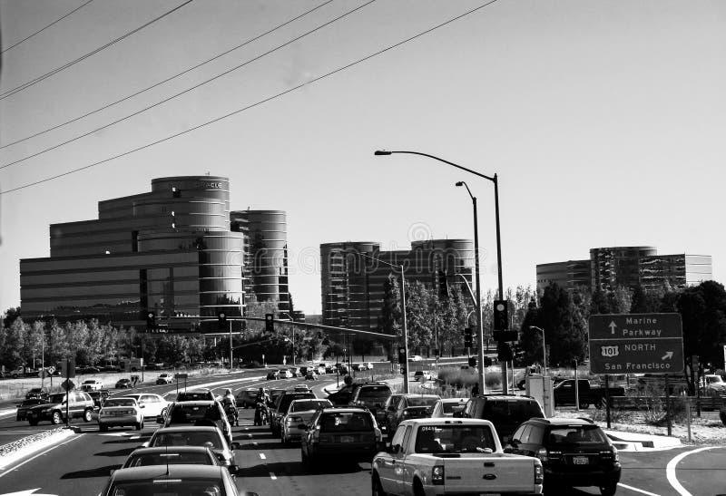 Trafique na estrada às matrizes de Oracle em Redwood City fotografia de stock