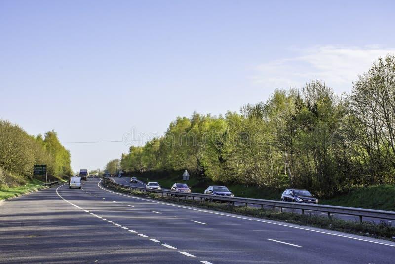 Trafique na estrada de transporte dupla, A5, Reino Unido fotos de stock