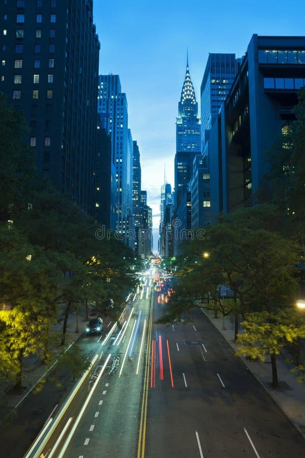 Trafique na noite na 42nd rua, New York City fotos de stock