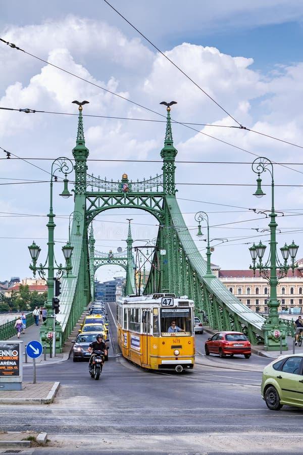 Trafique na ponte da liberdade sobre o Danúbio imagem de stock royalty free