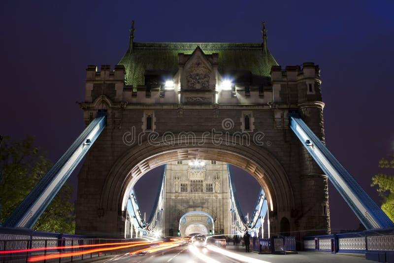 Trafique na ponte da torre na noite em Londres, Reino Unido foto de stock