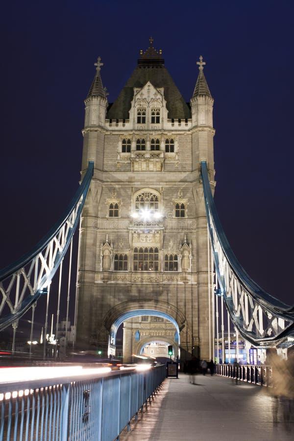 Trafique na ponte da torre na noite em Londres, Reino Unido foto de stock royalty free