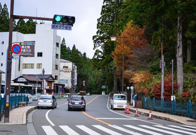 Trafique na rua na cidade de Koya em Japão imagem de stock royalty free