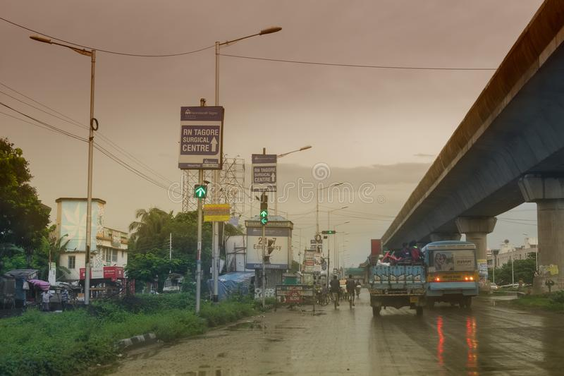 Trafique na rua de Kolkata - imagem conservada em estoque da monção foto de stock royalty free