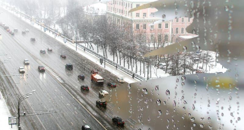 Trafique no dia nevado pesado com opinião da estrada dentro da janela home misted fotos de stock royalty free