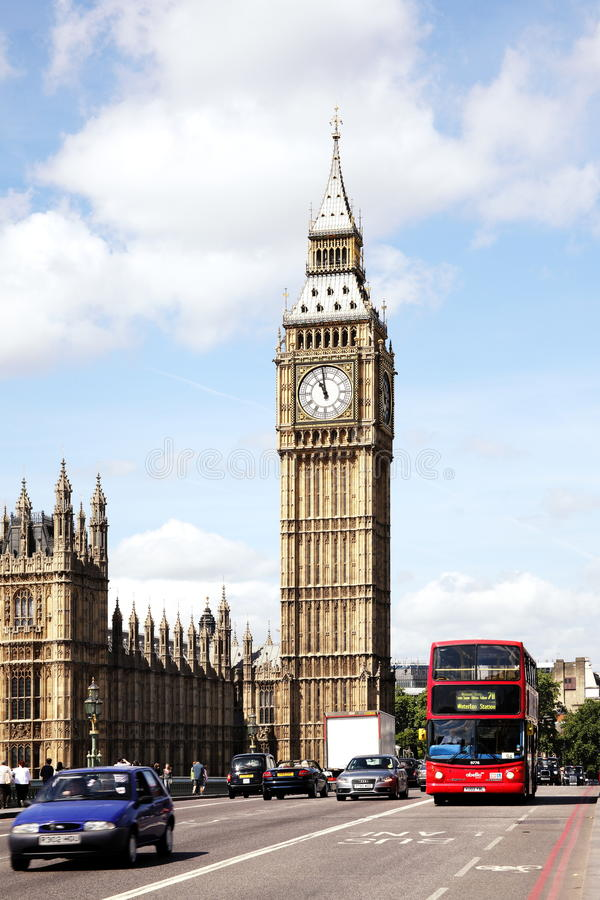Trafique passando Big Ben e as casas do parlamento fotos de stock