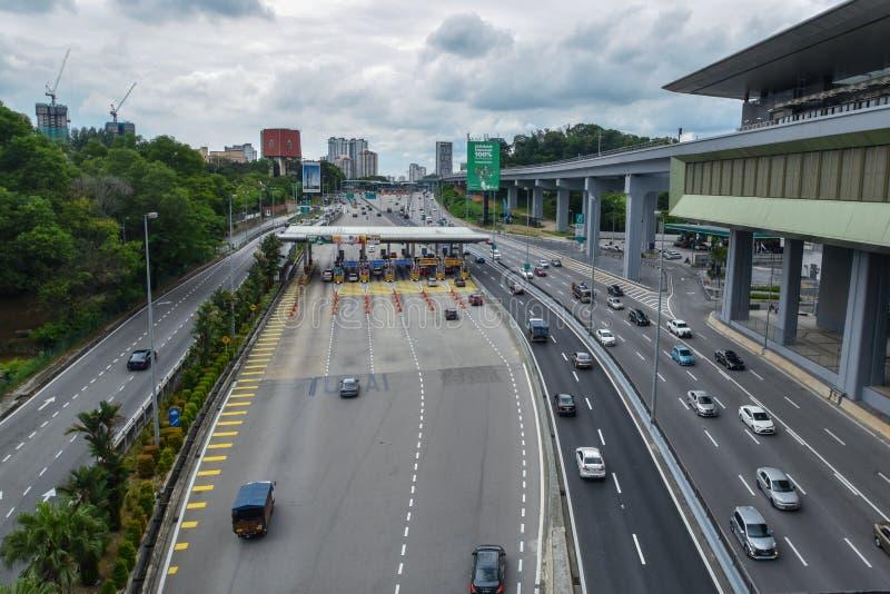 Trafique perto do pagamento do pedágio na estrada da SPRINT, Malásia foto de stock