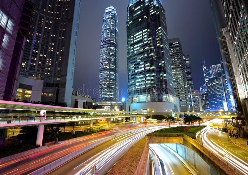 Trafique sin embargo la ciudad en la noche imágenes de archivo libres de regalías