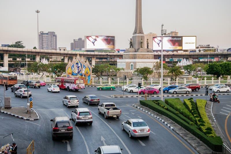 Trafiquez au monument de victoire, Bangkok, Thaïlande photos stock