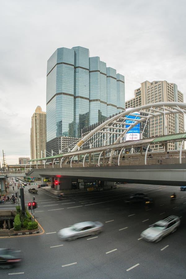 Trafiquez du secteur de Sathorn, Bangkok, Thaïlande Voitures avec le mouvement de tache floue image stock