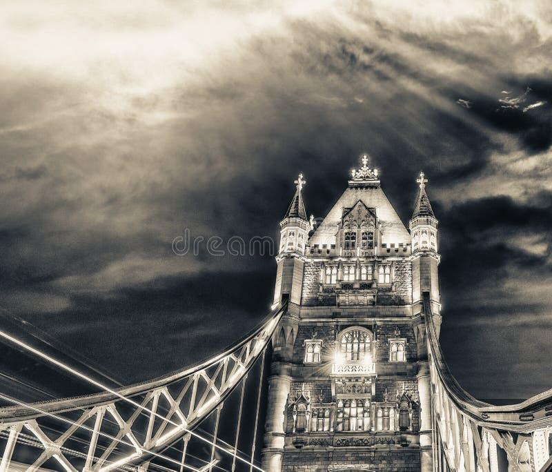 Trafiquez les lumières de voiture à travers le pont de tour sous un beau coucher du soleil images stock