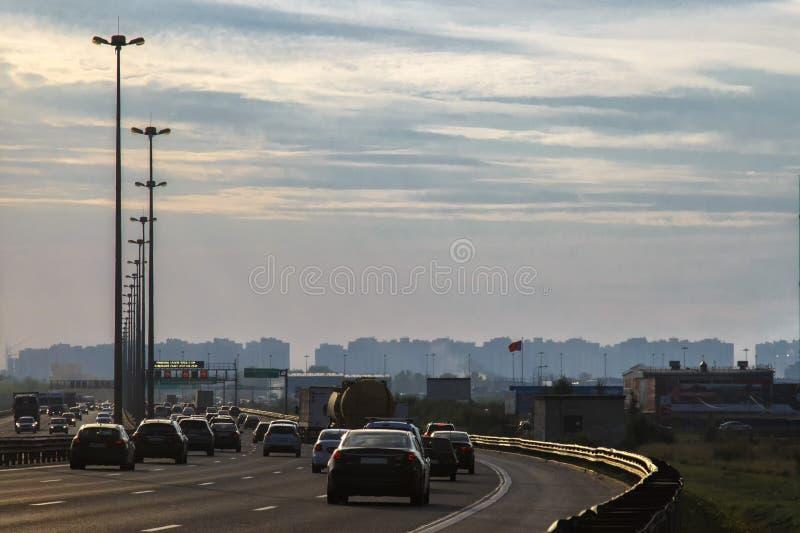 Trafiquez les voitures se précipitant dans la ville et hors de la ville Ring Road St Petersburg July 2018 photo stock