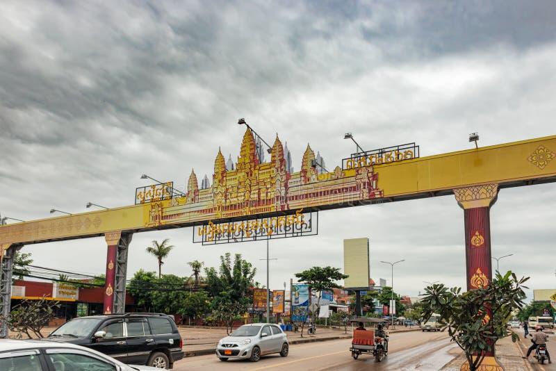 Trafiquez sur la route de Siem Reap, Cambodge images libres de droits