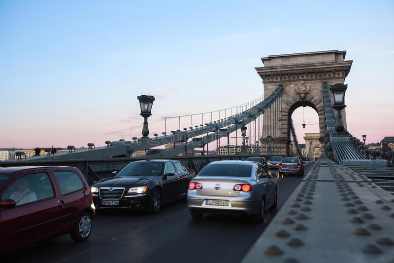 Trafiquez sur le pont à chaînes à Budapest s'est ouvert le 20 novembre 1849, pont est devenu l'une d'incitations de l'unification image libre de droits