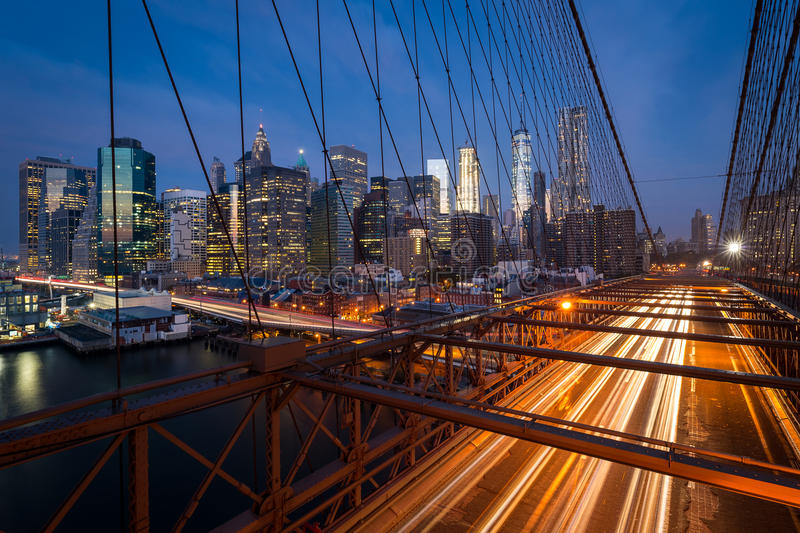 Trafiquez sur le pont de Brooklyn avec l'horizon de ville de Lower Manhattan photo stock