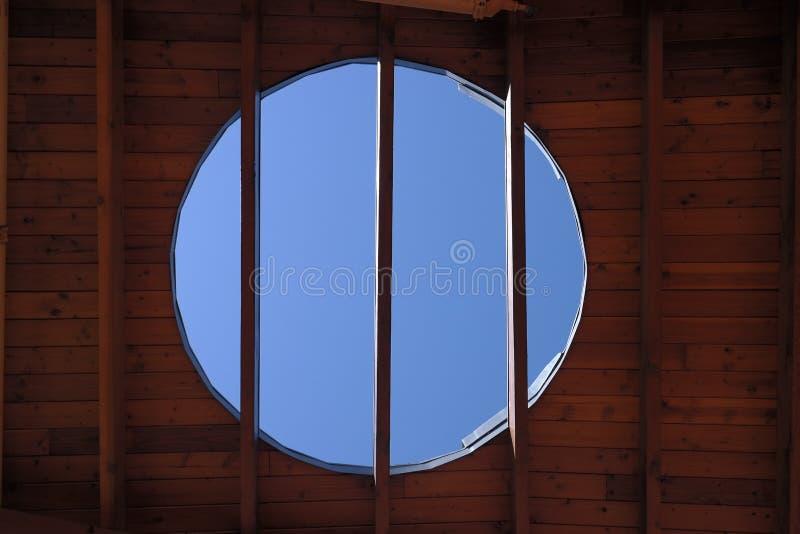 Tragaluz en techo de madera fotos de archivo
