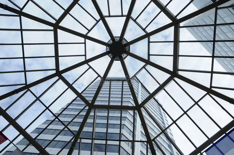 Tragaluz y edificio alto foto de archivo