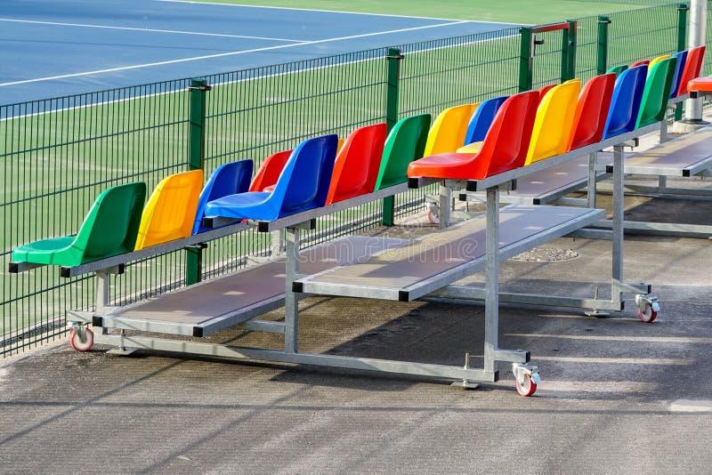 Tragbare kleine Metallstände mit bunten Plastiksitzen für Zuschauer stockbild