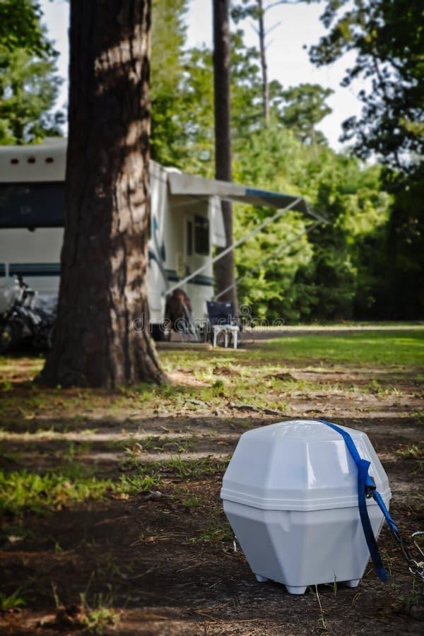 Tragbare Satellitenschüssel für RV am Campingplatz lizenzfreie stockfotos