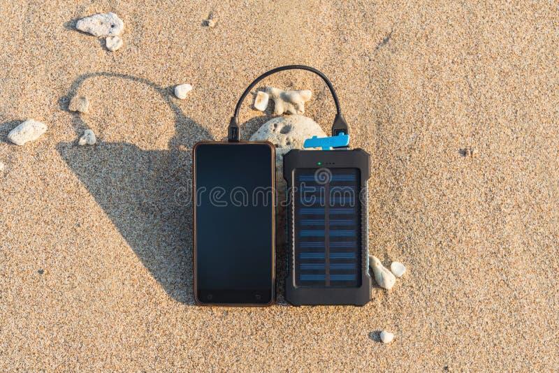Tragbarer Sonnenkollektor ist auf dem Strand lizenzfreie stockfotos