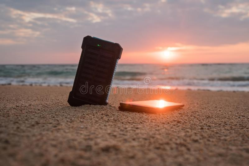 Tragbarer Sonnenkollektor ist auf dem Strand lizenzfreie stockbilder